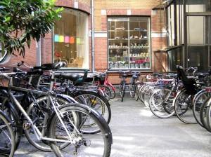 Parkujące rowery w mieście