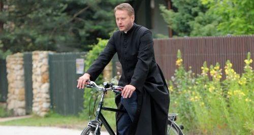"""Księża powinni być jak ojciec Mateusz: """"niech jeżdżą na rowerach"""""""