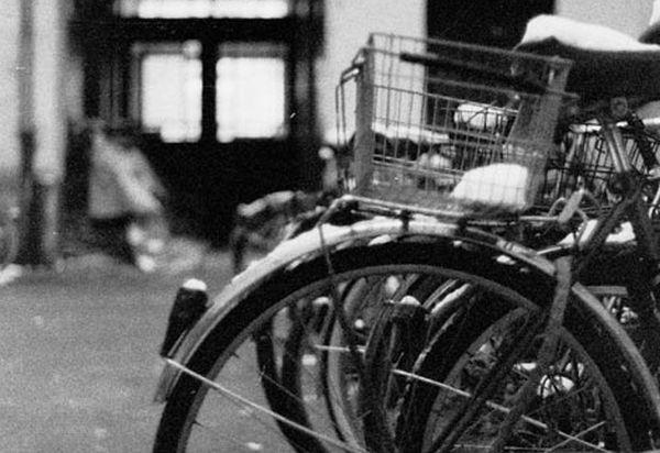 Rower zaparkowany zimą