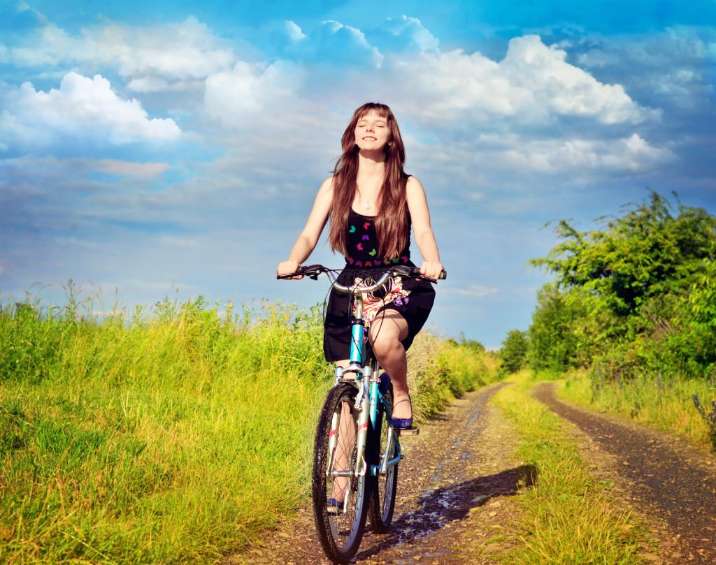 dziewczyna i rower turystyczny